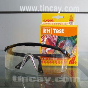 Kính bảo hộ mắt khi kiểm tra nước bằng test Sera