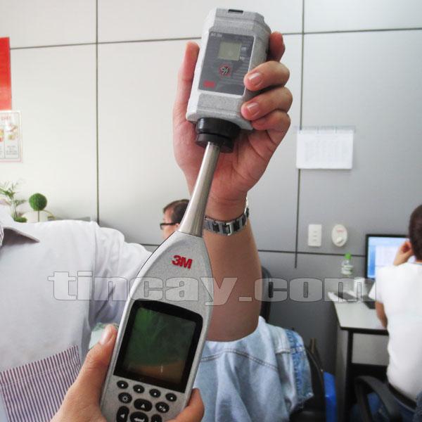 Gắn dụng cụ hiệu chuẩn Máy đo tiếng ồn 3M SE-402